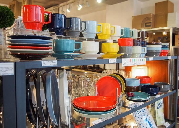 日本品牌HASAMI多彩繽紛的餐具相當吸引人,依款式為1400(小餐盤)~2700(大餐盤)日圓不等