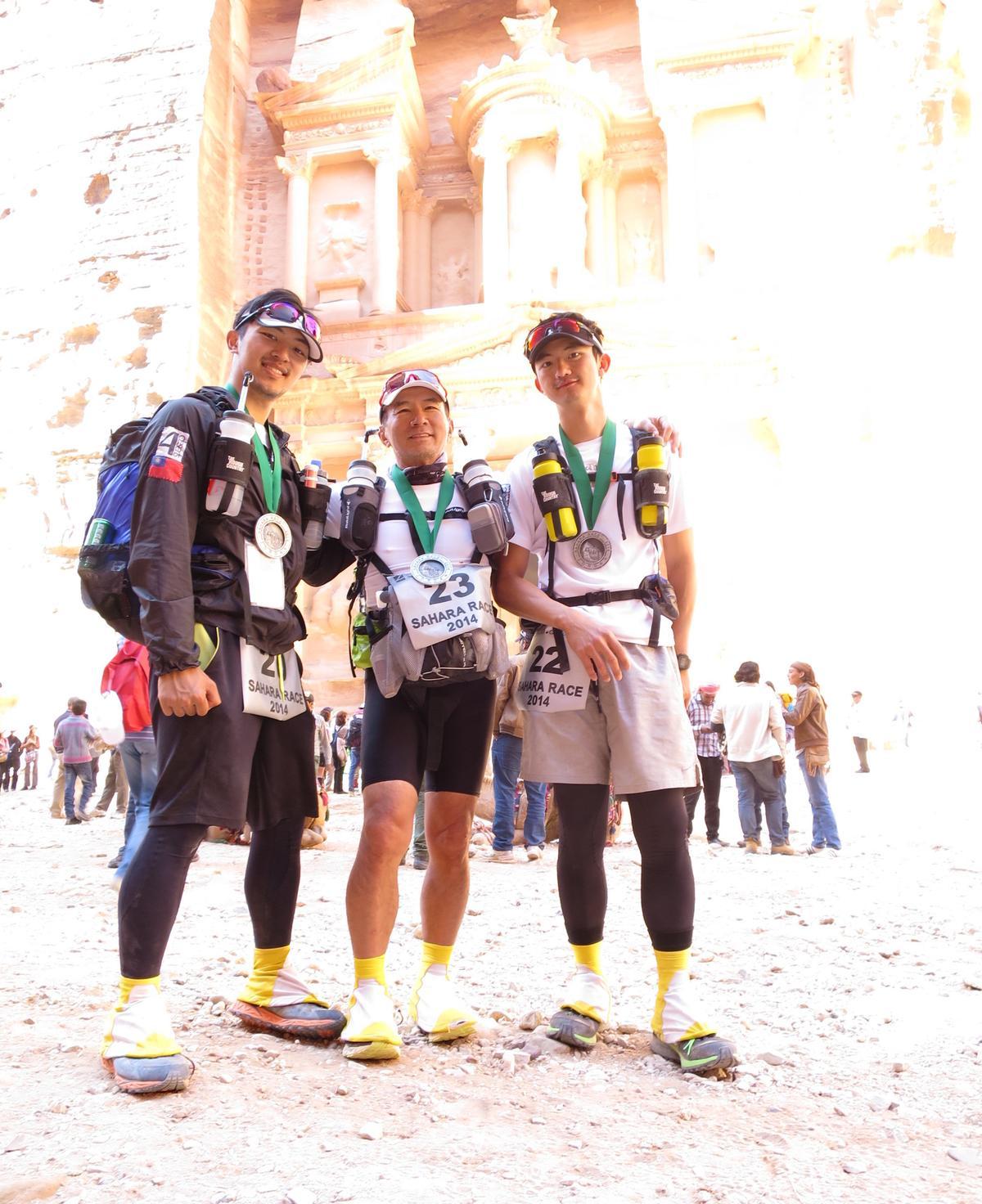 2014年,陳彥誠(右)與父親陳焜耀(中)、弟弟陳彥誌(左)挑戰撒哈拉沙漠超馬。(陳彥誠提供)