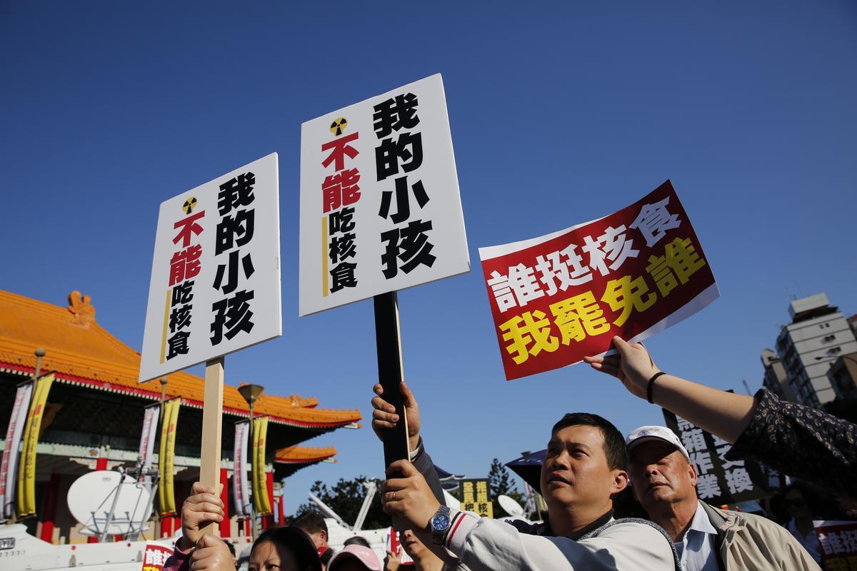 副主席郝龍斌選在遊行主舞台幾百公尺外自己發動反核食連署,反應熱烈。