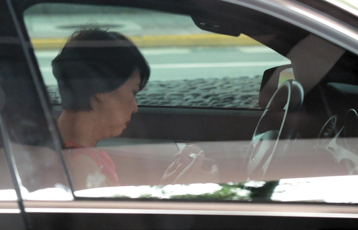 張姓獅奶的駕駛技術十分可觀,還可以趁停車的時候打理她的指甲。