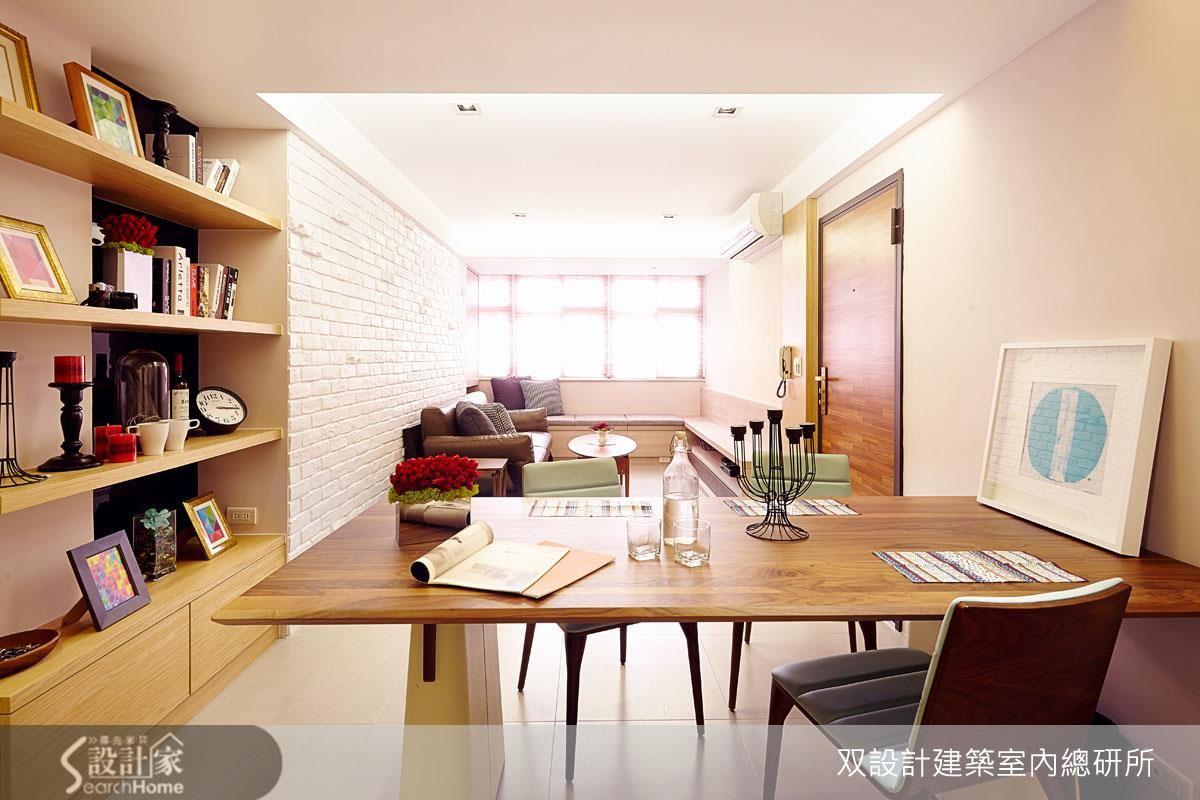 空間小,再也無法容納更多的桌椅了。幸好,窗邊的木作矮檯高度剛好可以兼當座椅,這樣就能招待十幾位客人了!