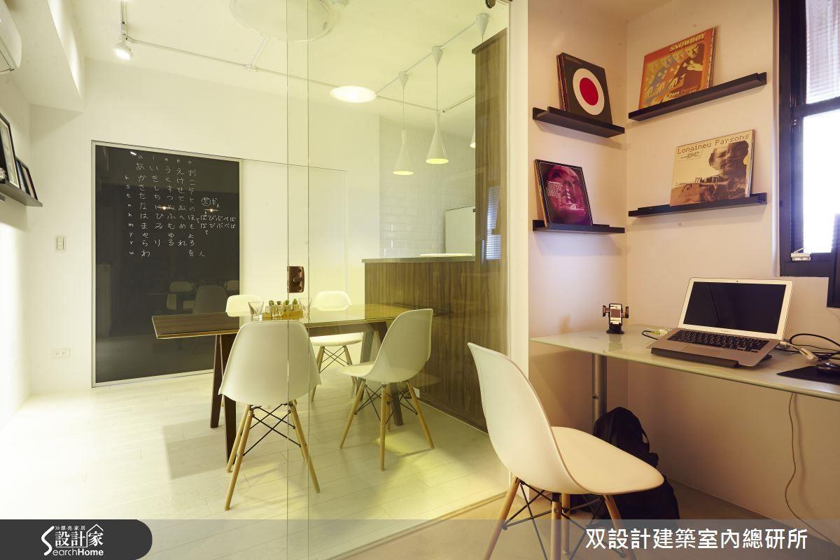 從書房望向餐廳,餐桌對面那道寫了日文 50 音的「大黑板」其實是黑色烤漆玻璃構成的拉門。