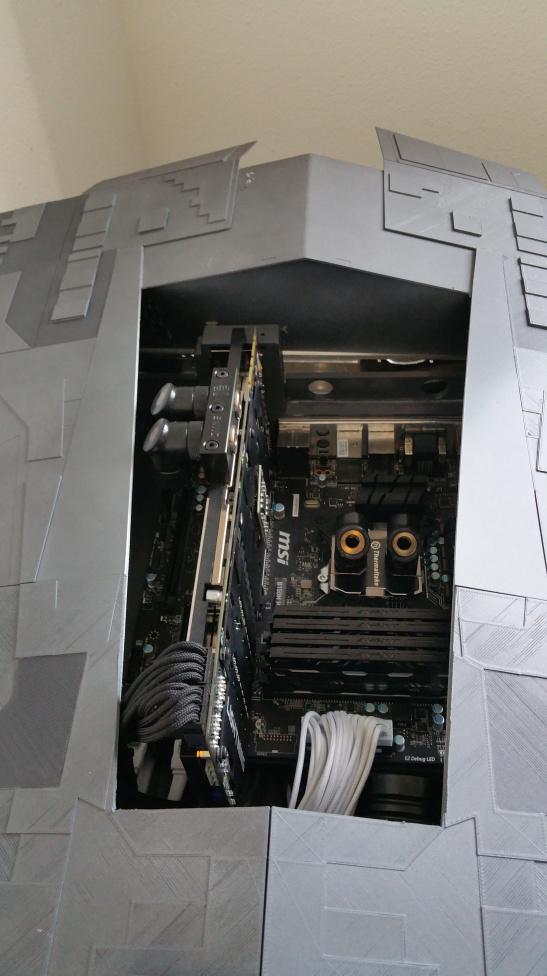自己設計 + 親手製作: Star Wars 巨型戰艦, 裡面是一台超強電腦