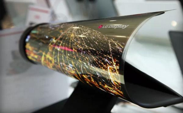LG 展示超炫「報紙螢幕」: 隨時捲起, 隨身攜帶