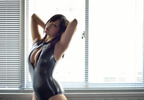 25歲日本寫真女星赤根京外型嬌小,卻擁有G罩杯的傲人好身材,7月時她因一段「5秒爆衣」的影片,在Youtube造成熱烈討論、受封「開胸泳衣姬」,火紅程度可見一般;本月底她將首度造訪台灣,舉辦攝影會及粉絲見面會,宣告正式進軍亞洲市場。