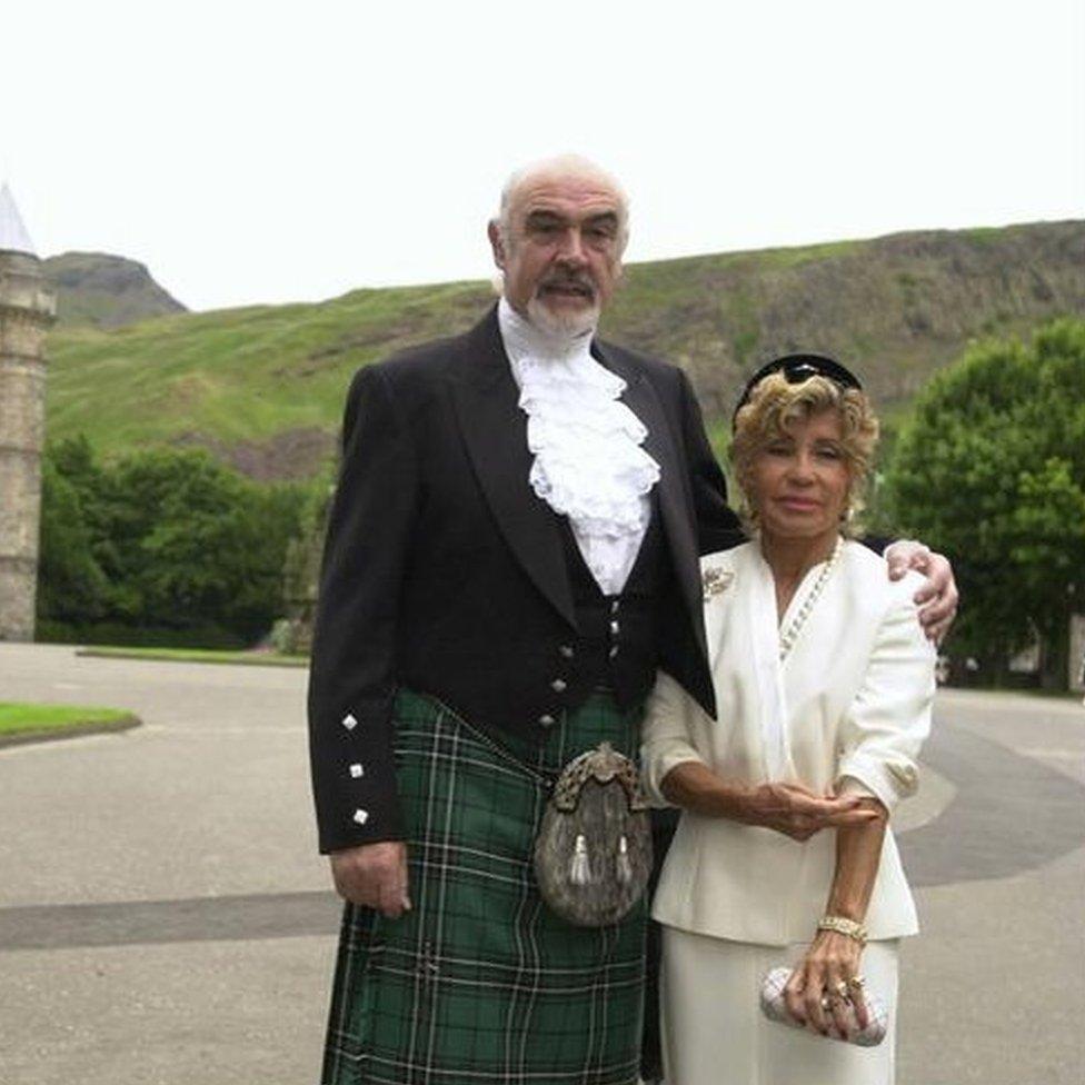 康纳利和第二位妻子米歇林在英女王伊丽莎白二世的苏格兰行宫