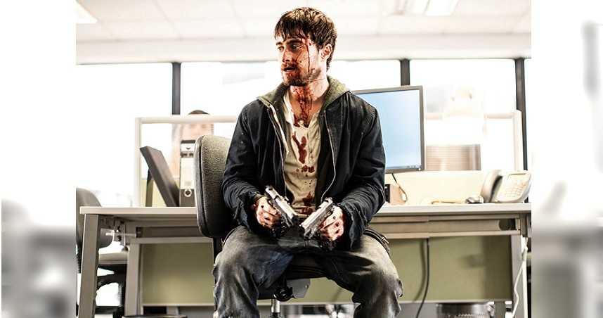 以《哈利波特》系列電影走紅的丹尼爾雷德克里夫,跳脫原來的形象,改拿雙槍打魔王,挑戰從影以來最瘋癲的角色。(圖/捷傑電影提供)