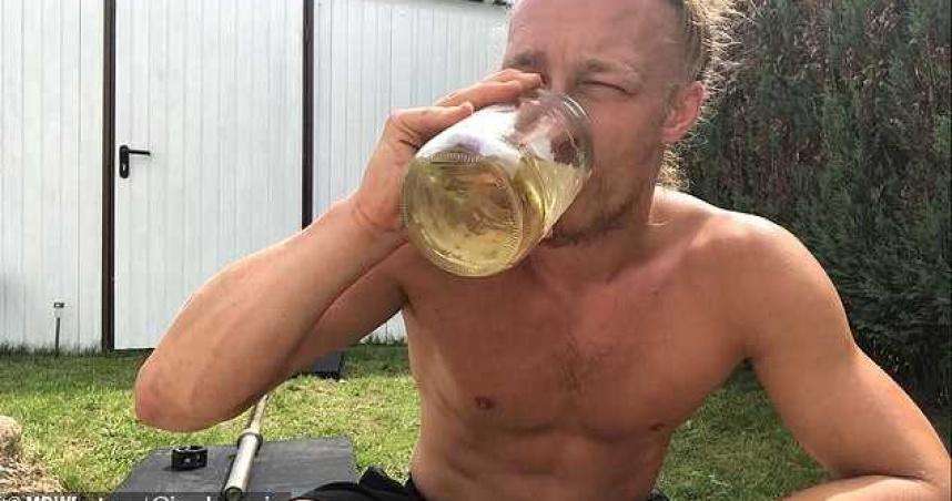 26歲男每天喝尿、抹尿 3年養出結實腹肌!大讚:能量飲料 - Yahoo
