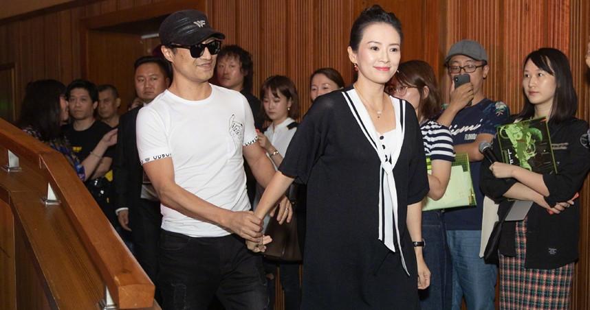 章子怡偕同老公汪峰一起出席「章子怡從影20周年作品展」,小腹微凸疑似懷孕。(圖/翻攝自新浪電影微博)