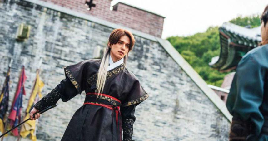 由於劇中有很多打鬥以及特效場面,李棟旭表示拍攝起來並不容易。(圖/翻攝自tvN)