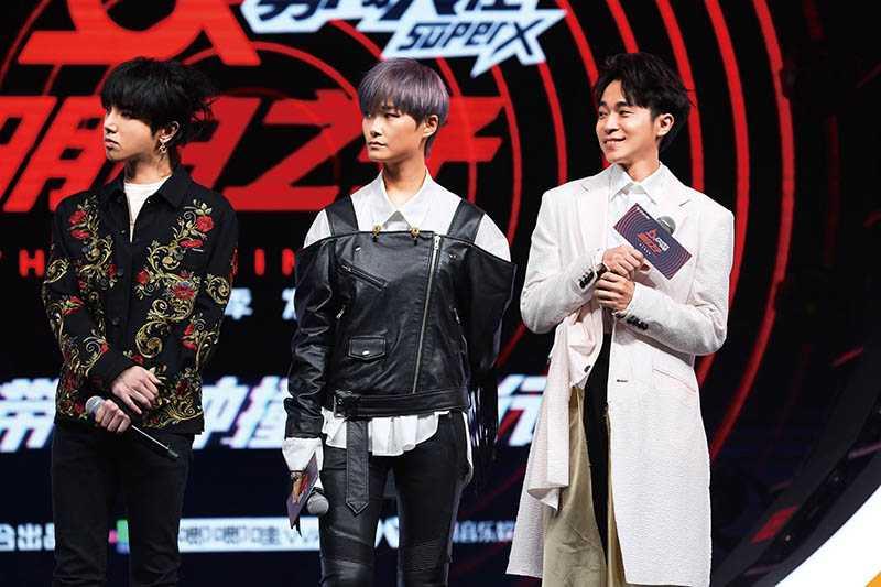 青峰雖是歌手出身,但主持《明日之子》時因話語幽默反應快,頗受好評。(圖/環球音樂提供)