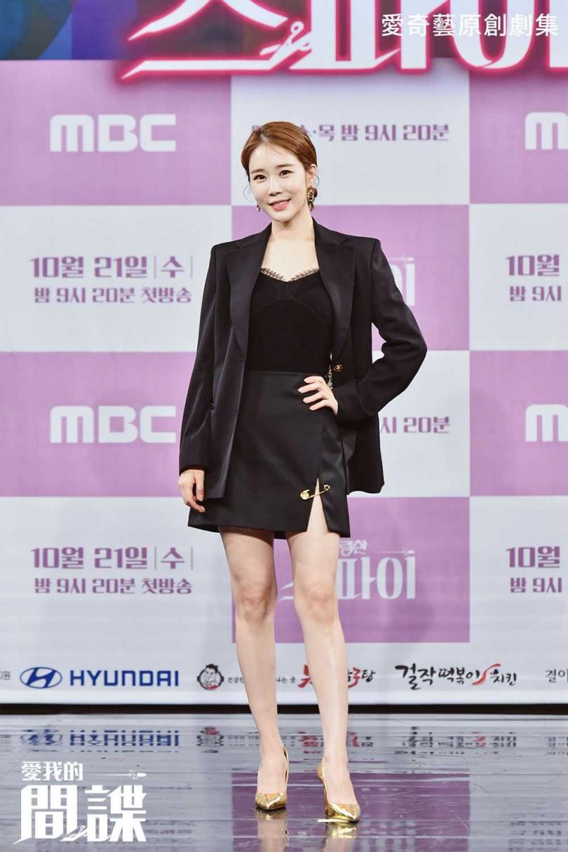 記者會上,劉寅娜穿著開叉短裙辣秀美腿。(圖/愛奇藝海外站提供)