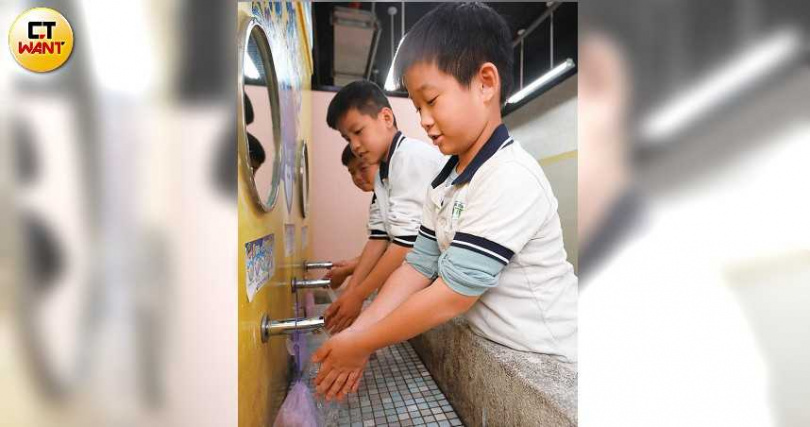 今年秋冬病毒威脅大增,做好個人衛生,如勤洗手、不摸眼口鼻,就能降低感染機率。(圖/趙世勳攝)