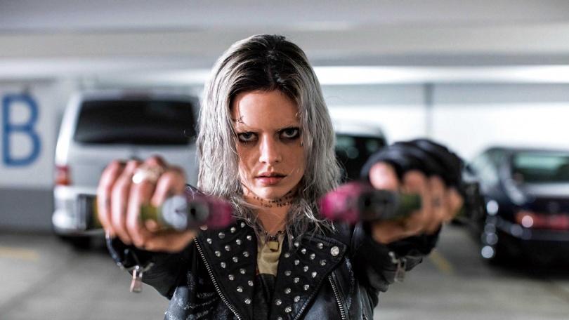 《弒婚遊戲》中的倒楣新娘薩瑪拉威明,在此片大展神準槍法,瘋狂爆頭怪胎玩家。(圖/捷傑電影提供)