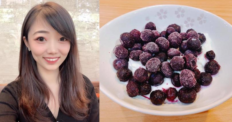 其實不只是消夜,像這道藍莓無糖優格就是營養師夏子雯白天也很愛的早餐,看起來很美味呢~。(圖/翻攝夏子雯-貼近你生活的營養師粉絲團)