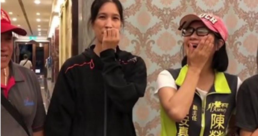 立委陳瑩的助理謝安真在跑行程中巧遇失散多年的妹妹,令人感動。(圖/陳瑩個人臉書專頁)