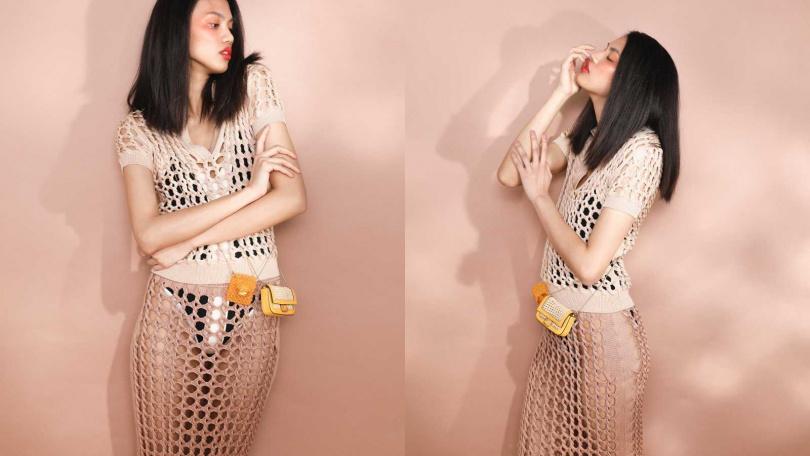 FENDI Knit Polo Shirt 上衣/約60,012元、Knit Pencil Skirt 鉛筆裙/價格未定、Nano Baguette Charm 包/約26,980元、Pico Baguette Charm 包/約22,730元;Sandro Two-tone Knitted Bodysuit 連身衣/5,800元(圖/戴世平 攝)