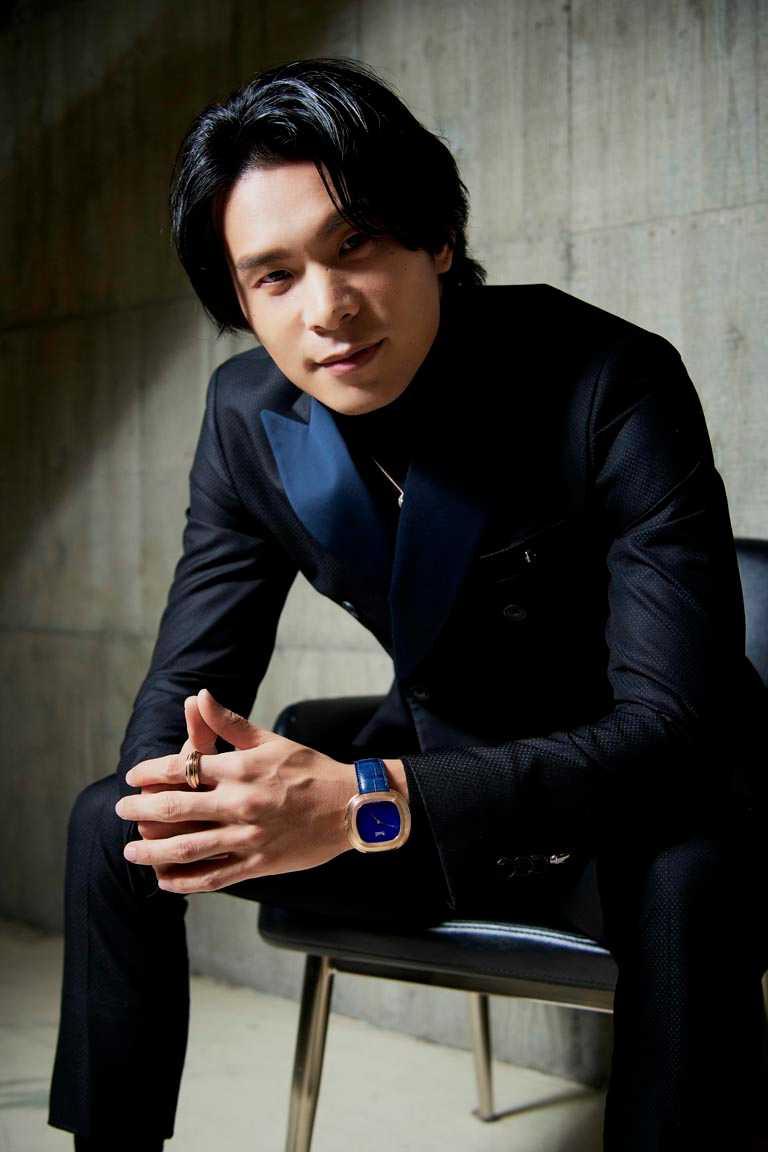 新科視帝姚淳耀,選擇穿著Roberto Cavalli深藍色義式雙排扣套裝,搭配PIAGET珠寶和腕錶,出席金鐘頒獎典禮。(圖╱PIAGET提供)