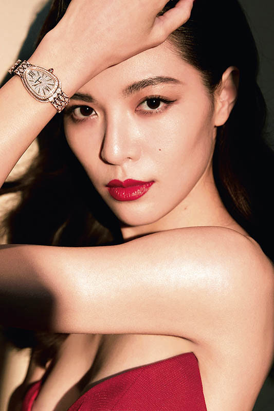 大陸新進女演員鍾楚曦佩戴Serpenti Seduttori出席寶格麗上海發表活動。(圖/寶格麗提供)