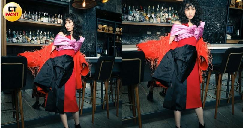 PRADA Colour-Blocking Dress洋裝 /價格未定、VALENTINO Feather Embroidery Couture Drap Coat外套/約360,490元。(圖/戴世平攝)