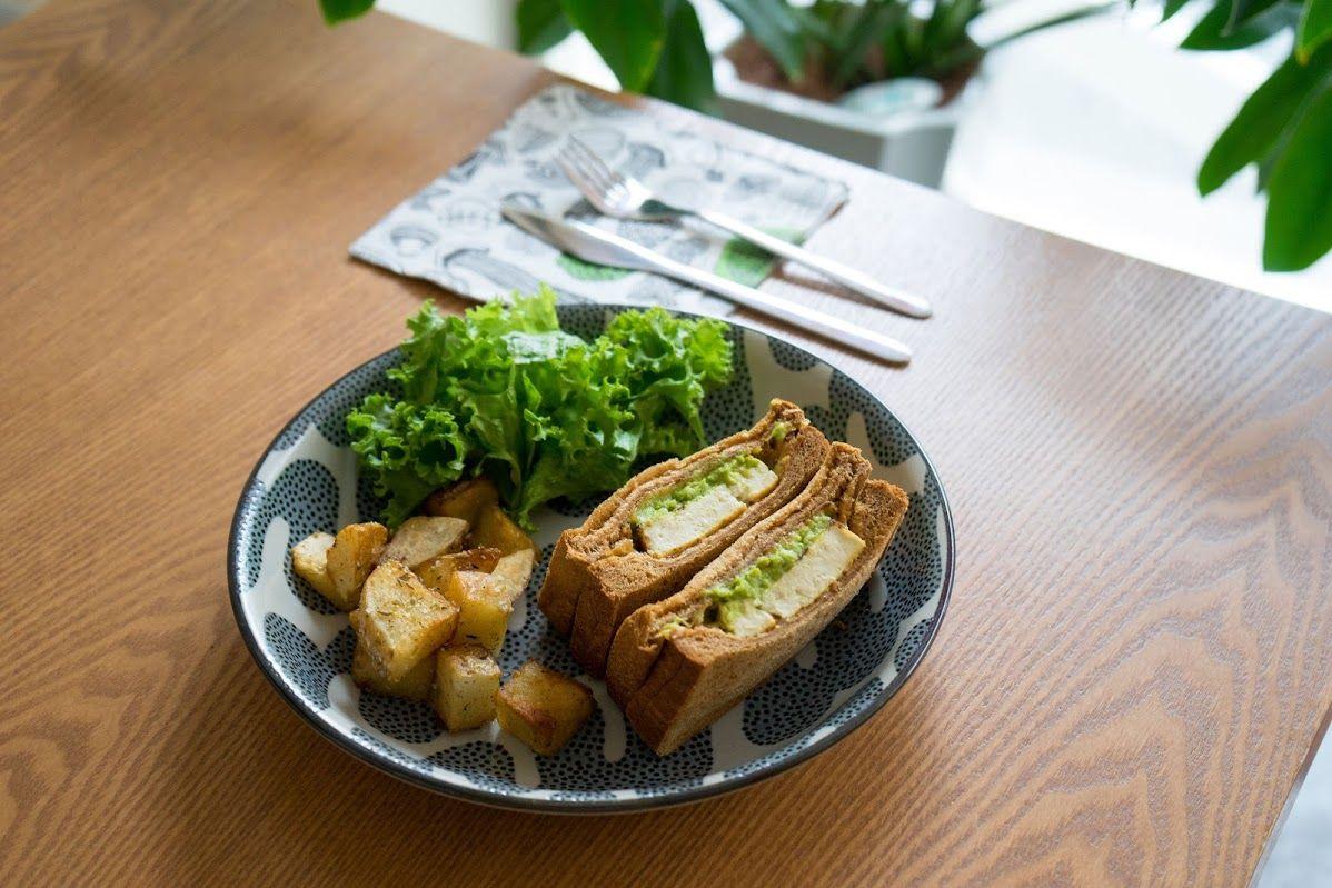 島豆腐とアボカドのサンドイッチ