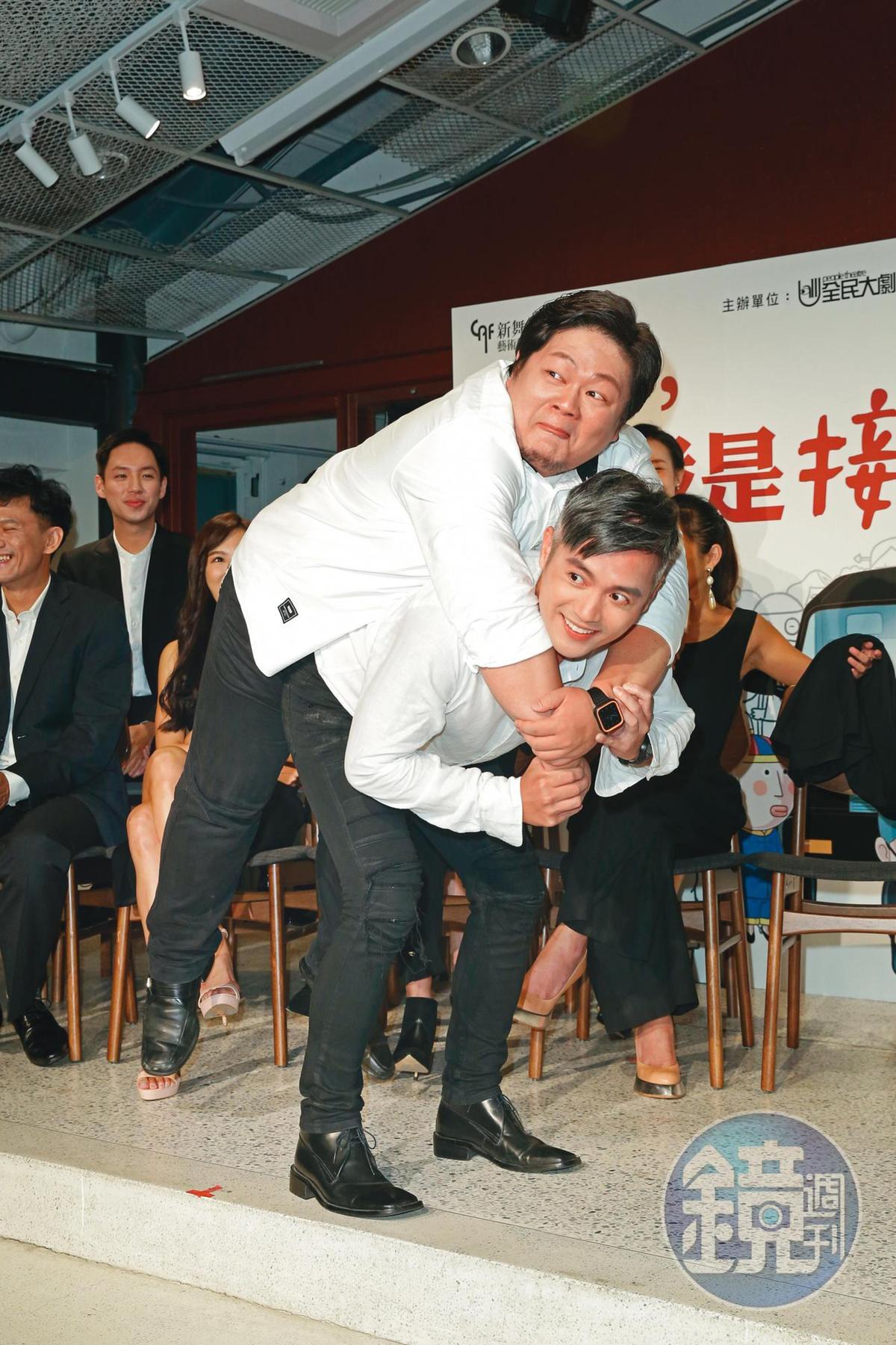 演藝事業再沒大紅的范逸臣,在歌舞劇《你好,我是接體員》中,飾演接體員,並在記者會上模擬扛人的姿勢。