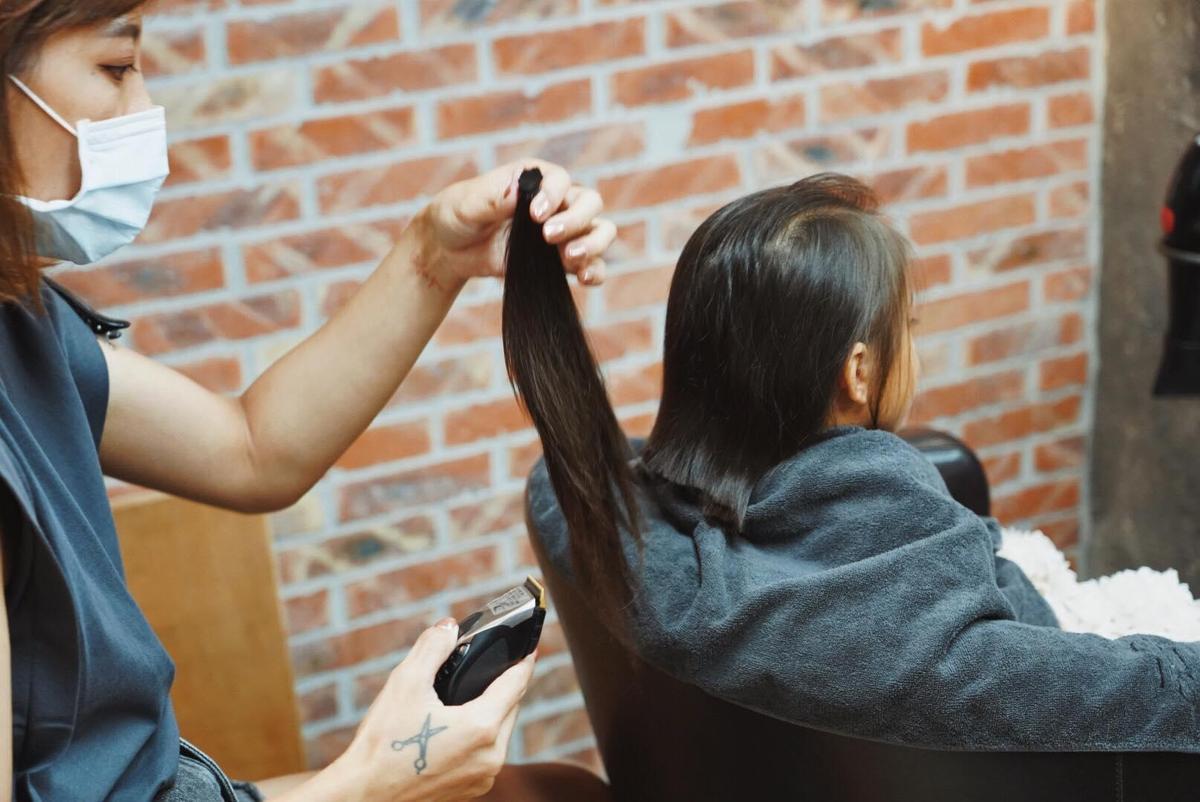 設計師一刀剪下嚕喜的32公分長髮。(翻攝自隋棠臉書)