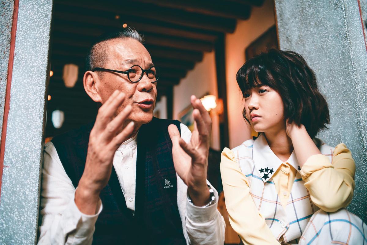 跟嚴正嵐(右)一起合作《老姑婆的古董老菜單》,龍劭華發現對方從《花甲男孩轉大人》後,進步很多。(華視提供)