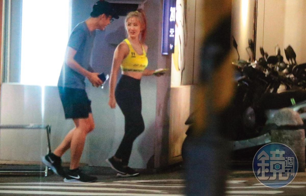 8/10 02:26 出了餐廳,才得以看到瑤瑤(右)全身裝扮,非常緊身,看來像是約會戰袍。