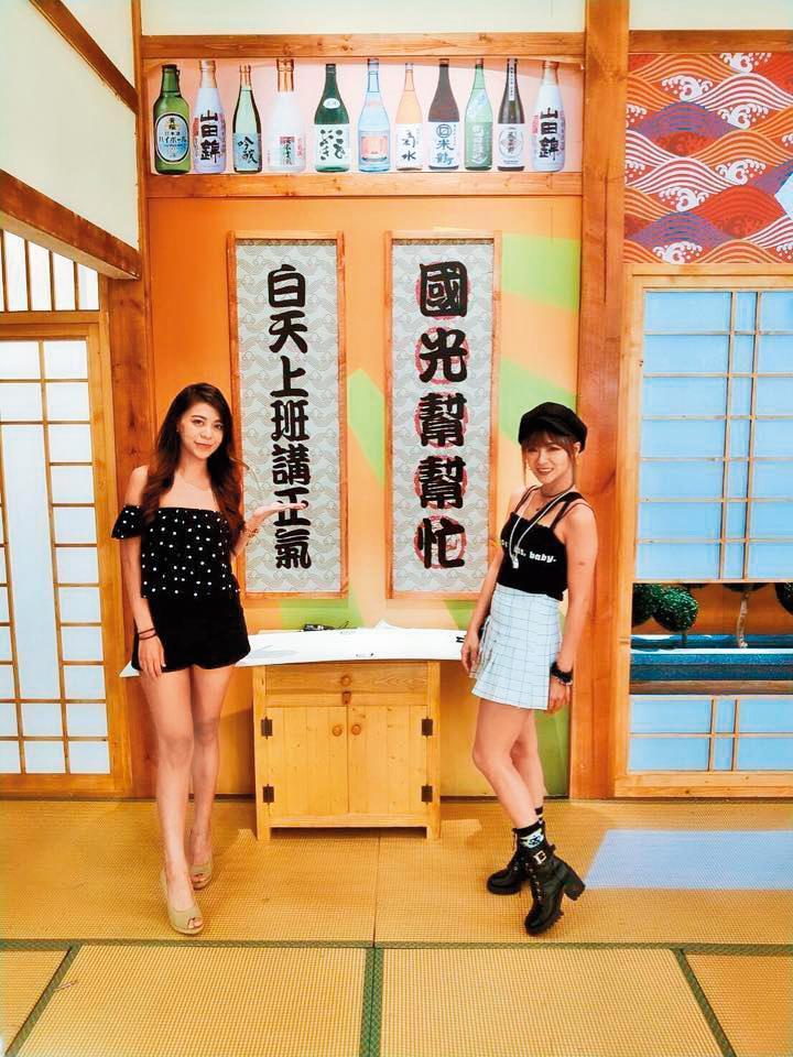 外型亮麗健康的許貝貝(左)經常受邀上節目或出席廠商活動。(翻攝自時尚牙套歌姬-貝梓桐臉書)