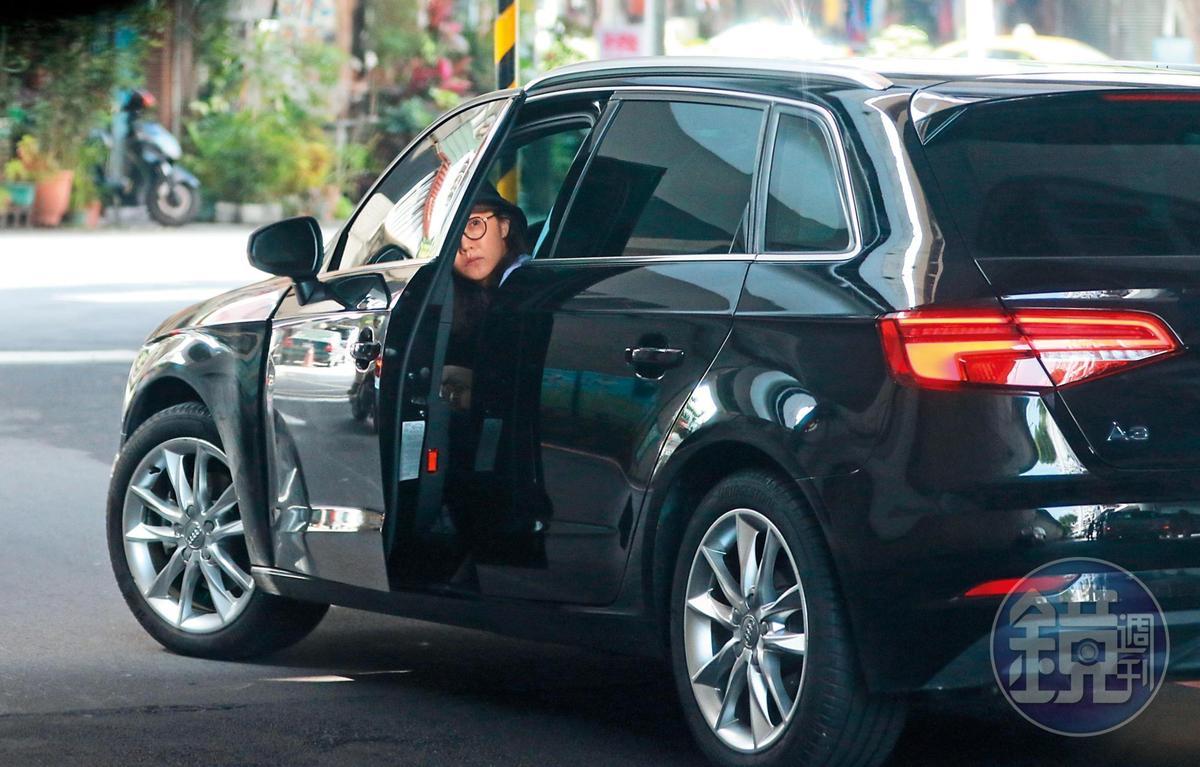 6/27 08:58 謝忻和百是傳播製作人曾永全駕車前往金山,出發前謝忻還鬼祟打開車門,察看周遭情況。