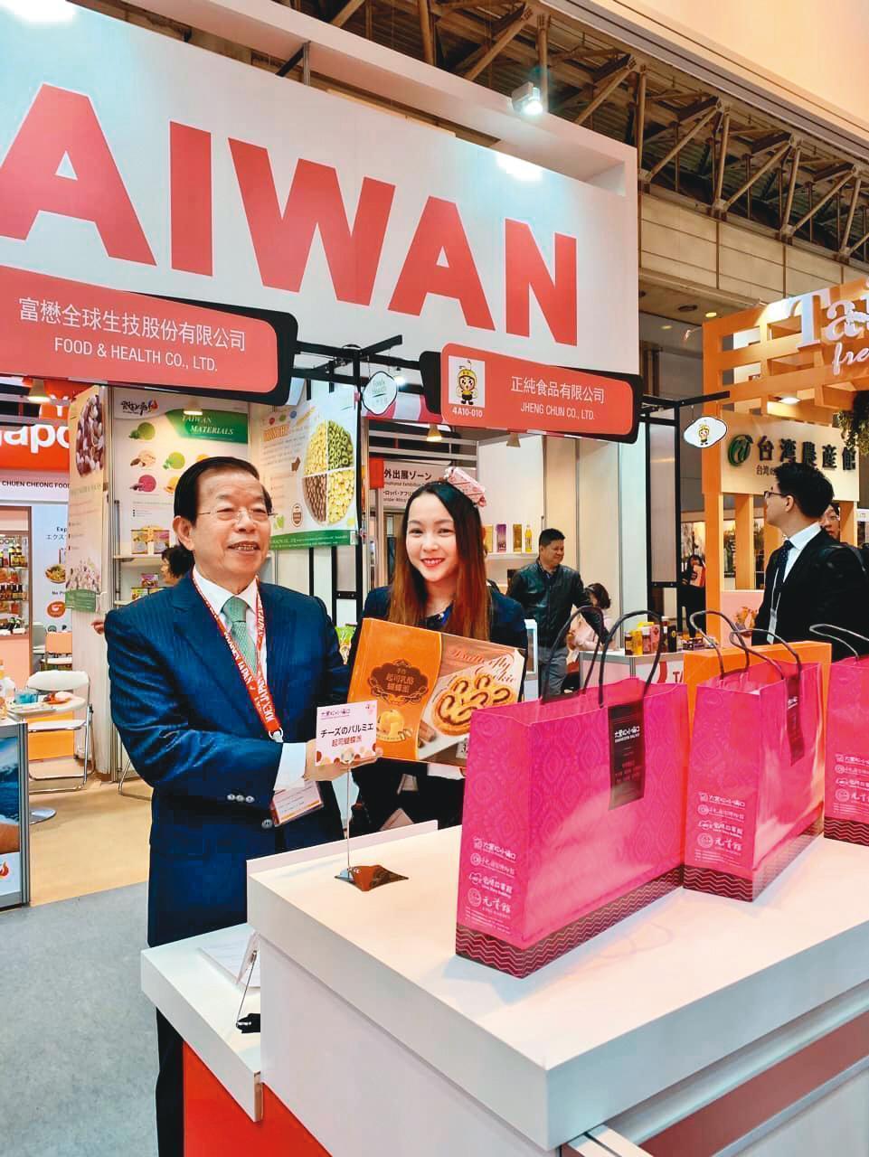 邱威樺為自家品牌常到日本參展工作。左為駐日代表謝長廷。(翻攝自邱威樺臉書)