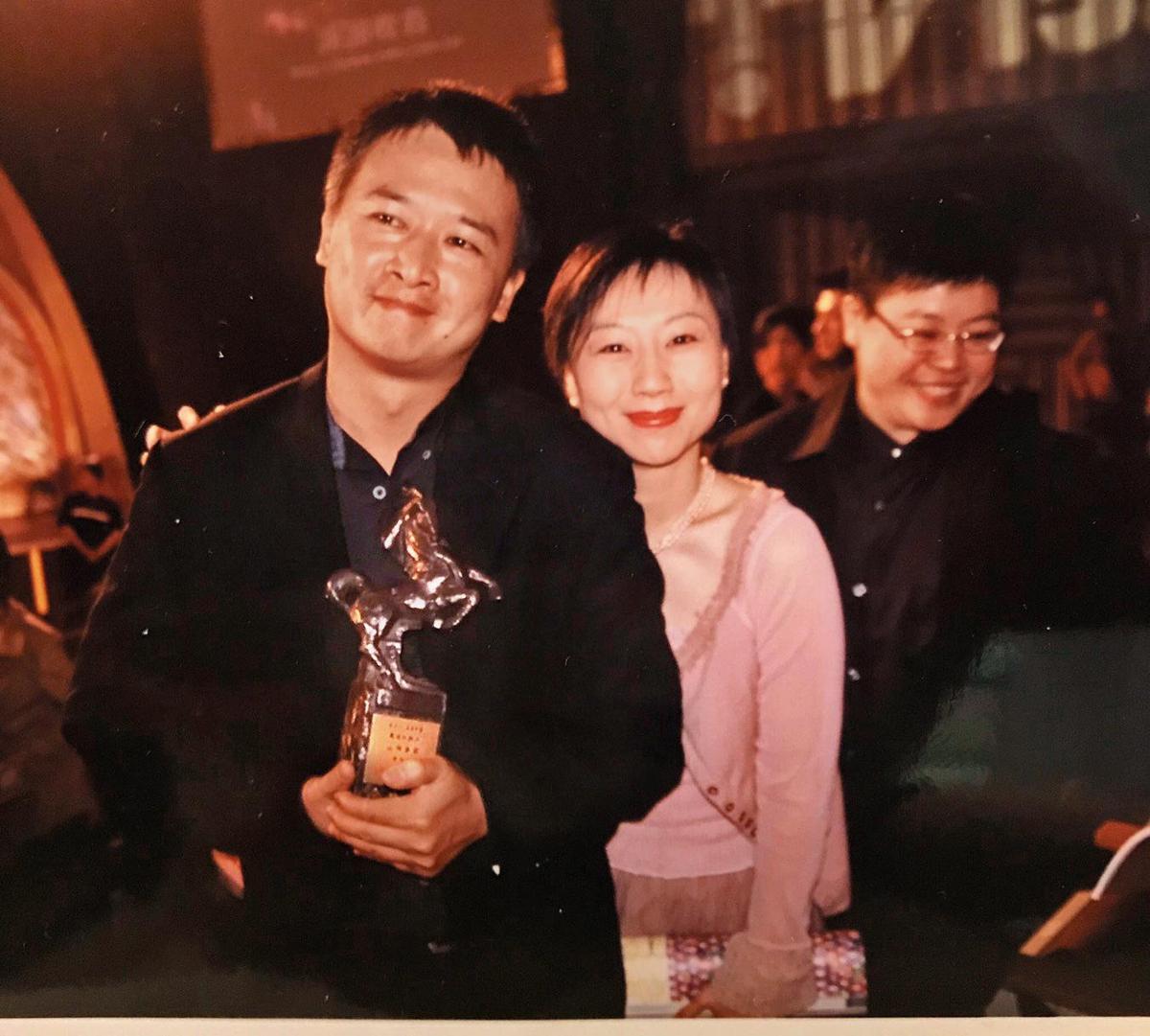 《山有多高》獲金馬獎最佳紀錄片,湯湘竹(左起)與妻子蔡芳如、製片葉如芬同享榮耀。(湯湘竹提供)