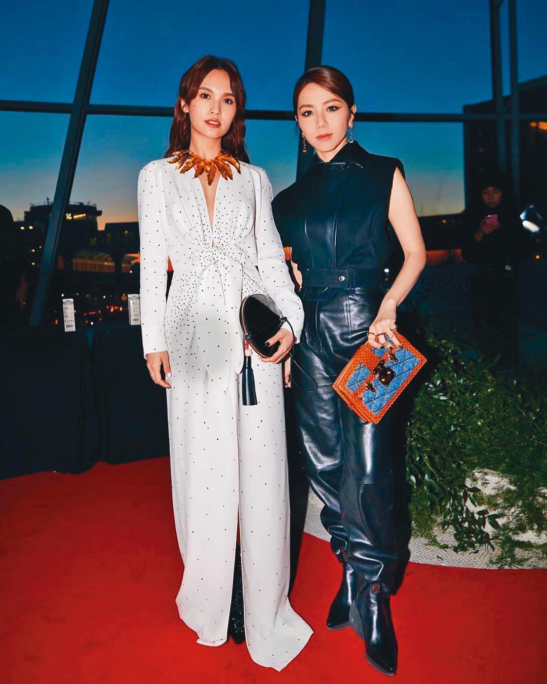 去年5月,鄧紫棋(右)應邀到紐約出席「LOUIS VUITTON 2020 初夏系列時裝展」,同場見到楊丞琳(左),馬上合照留念。(翻攝自鄧紫棋IG)
