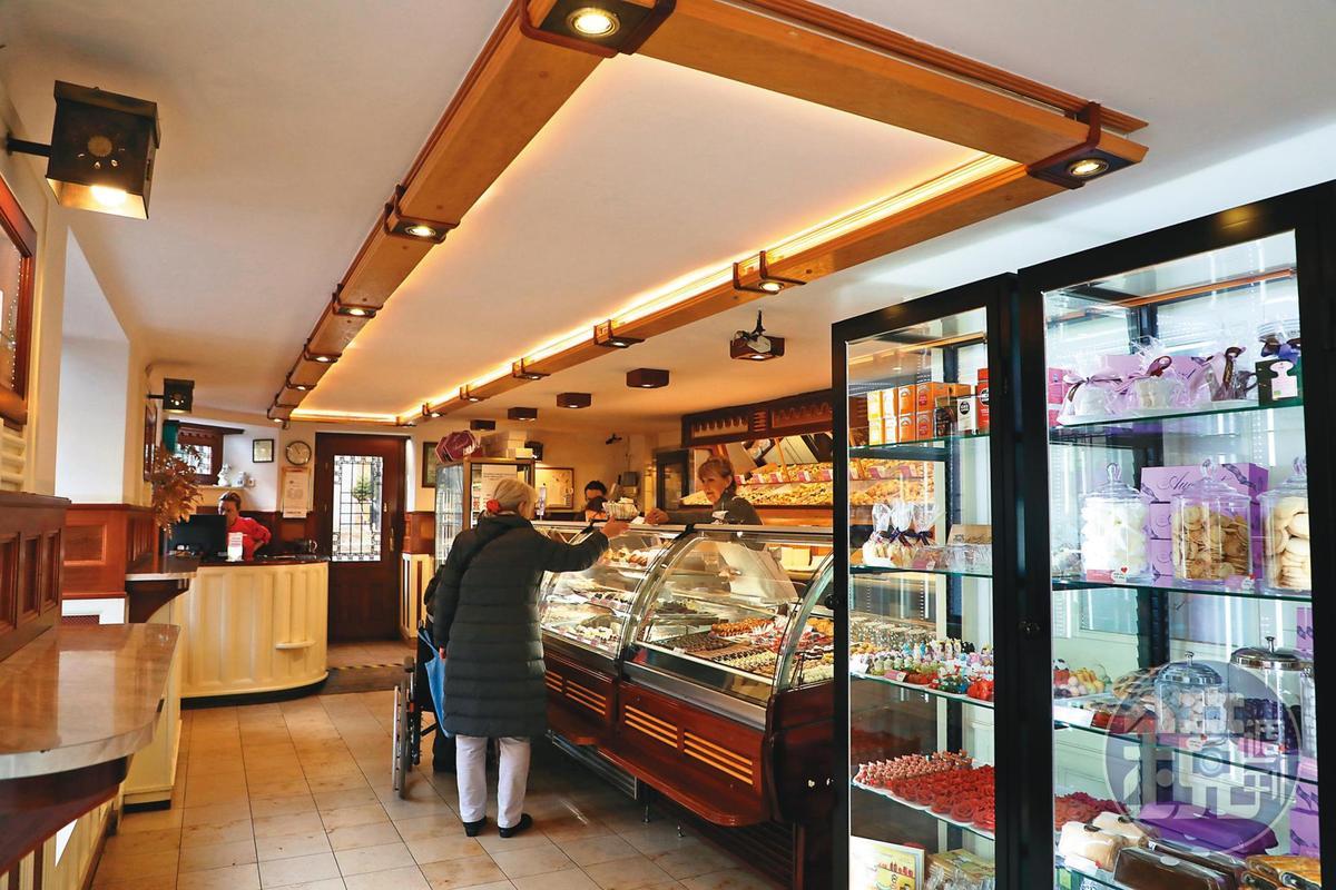 甜點店的一樓是外帶櫃台,選擇非常多樣。