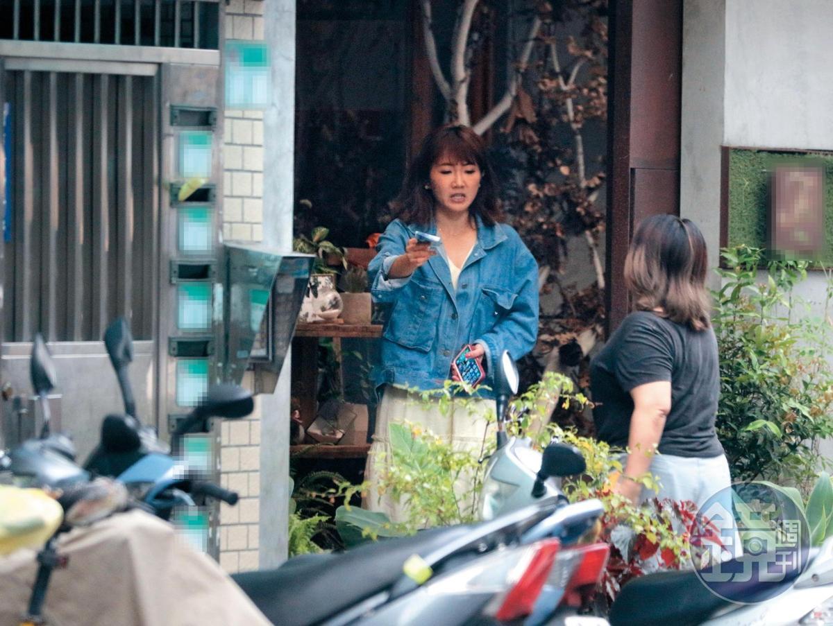 6月8日 15:54 吻完之後,謝忻又在花店待了一會兒,還跟友人交待事情。
