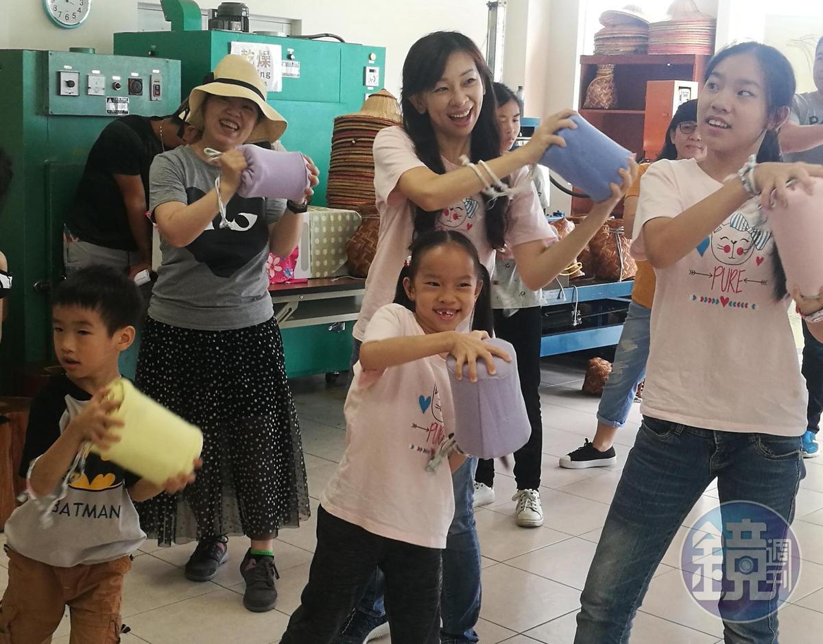綠茶冰淇淋DIY過程中,藉由有氧舞蹈的手部搖動讓冰淇淋凝固。
