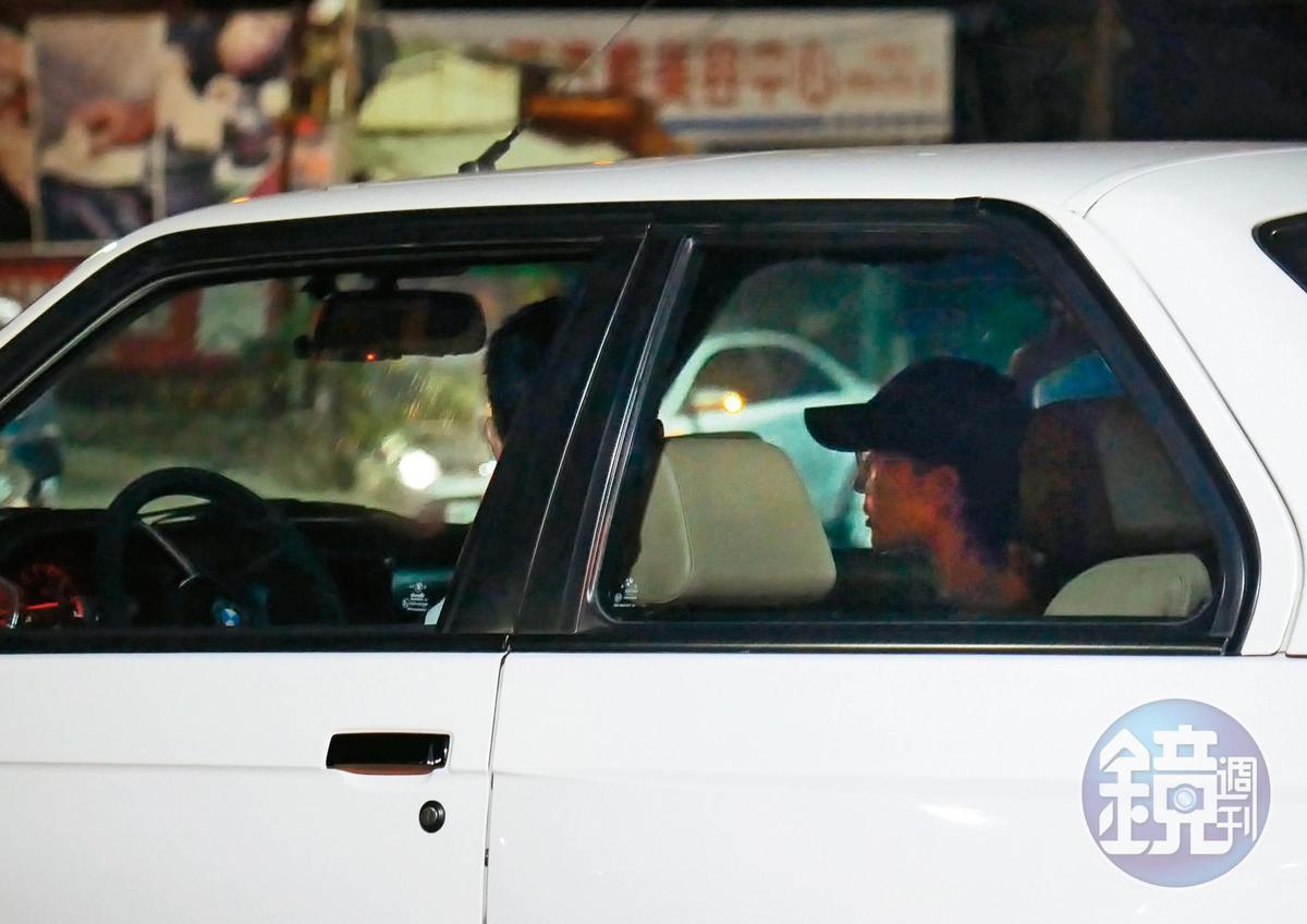 21:30 從透明的車窗可以很明顯看得出來張鈞甯的側臉,她還戴著棒球帽。