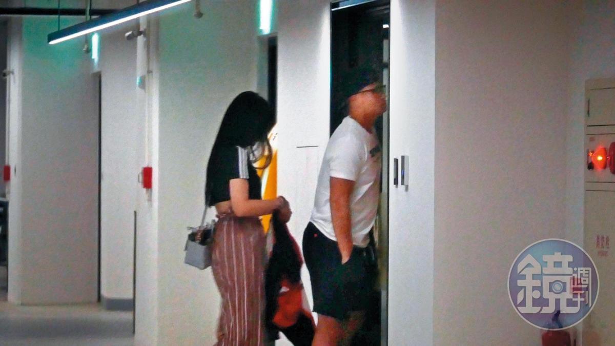 01:17 兩人在停車場調情之後,胡智為(右)帶著長髮妹進飯店。