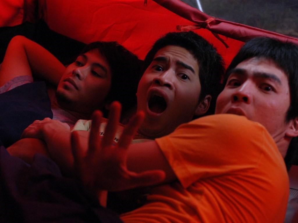 班莊以《鬼4虐》的〈誰睡中間〉確立了拍恐怖喜劇的路線。(翻攝自phobiacinemaonline.com)