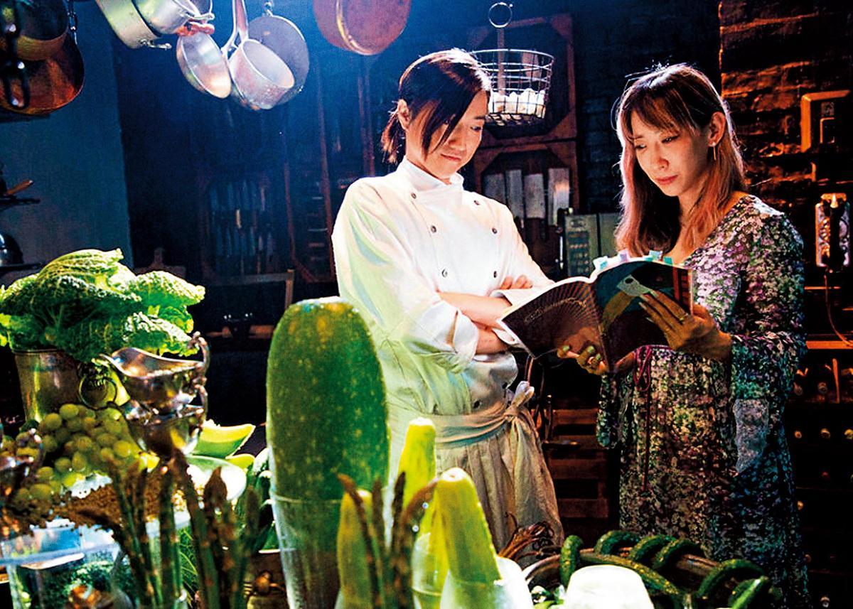 蜷川實花(右)認為藤原龍也(左)是扮演主廚龐貝羅的不二人選,可以掌握角色內斂、神祕的特質。(天馬行空提供)