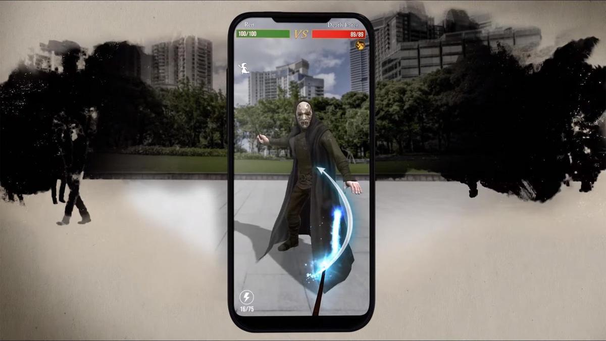 《哈利波特:巫師聯盟》玩法延續《精靈寶可夢GO》,玩家要走出戶外與各種魔法生物對決。(翻攝自「Harry Potter: Wizards Unite」YouTube)