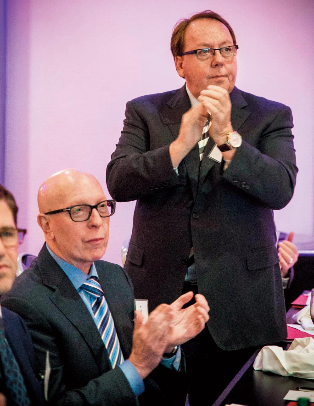 經紀人協會ATA的影響力不容小覷。董事會主席Jim Gosnell(右)與成員Shelly Sroloff出席ATA年度會議。(翻攝自association.com)