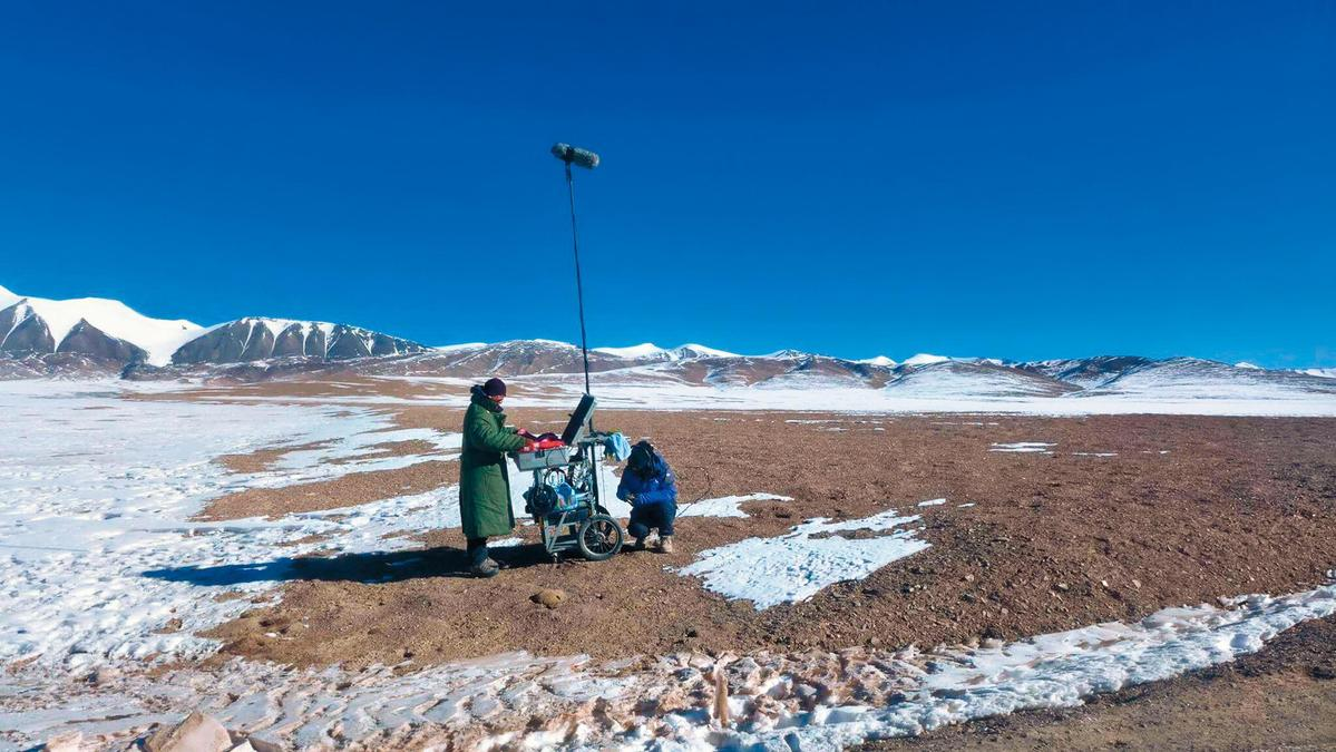 2016年湯湘竹(左)頂著嚴寒的氣溫來到西藏擔任大陸電影《七十七天》錄音師。(湯湘竹提供)
