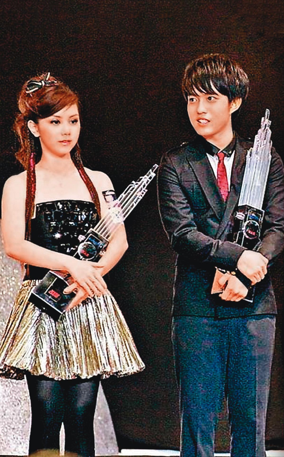鄧紫棋(左)和林宥嘉(右)是同時期出道,兩人在2010年首次曝光戀情,之後還出遊、牽手出席活動,「金童玉女」頗受娛樂圈看好,沒想到最後卻爆出分手。(翻攝自鄧紫棋臉書)