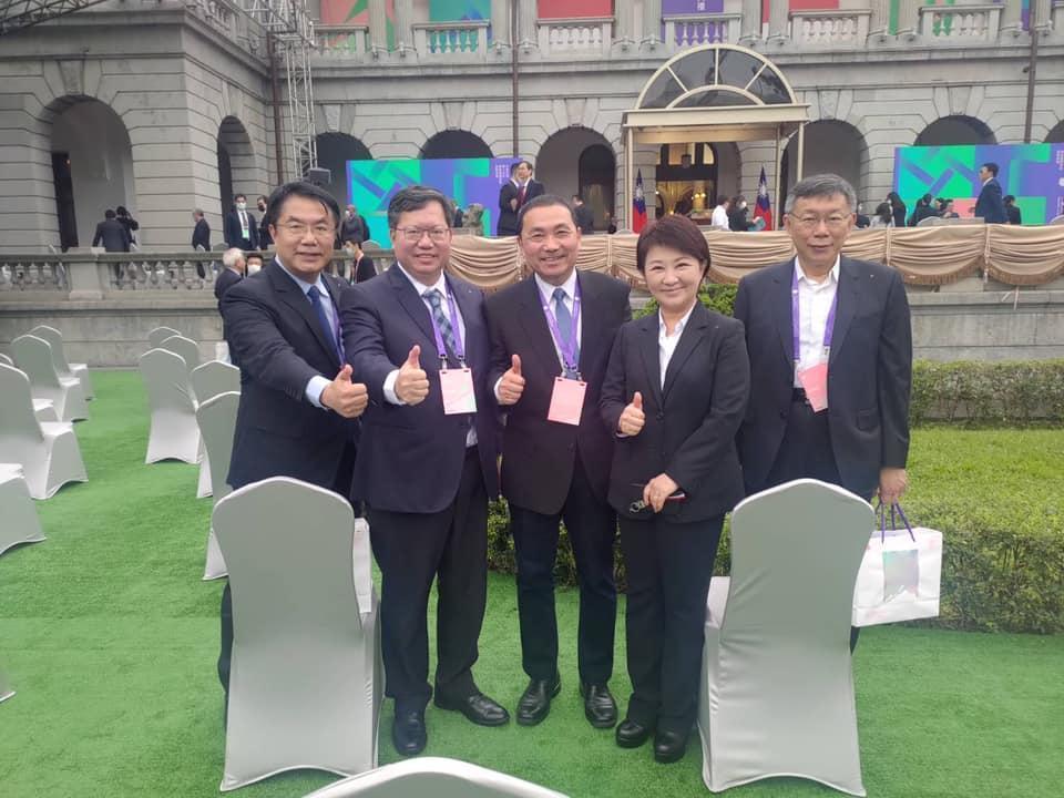台南市長黃偉哲在活動後,於臉書po出5位直轄市長合照,卻被不少網友拿來P做哏圖。(翻攝自黃偉哲臉書)