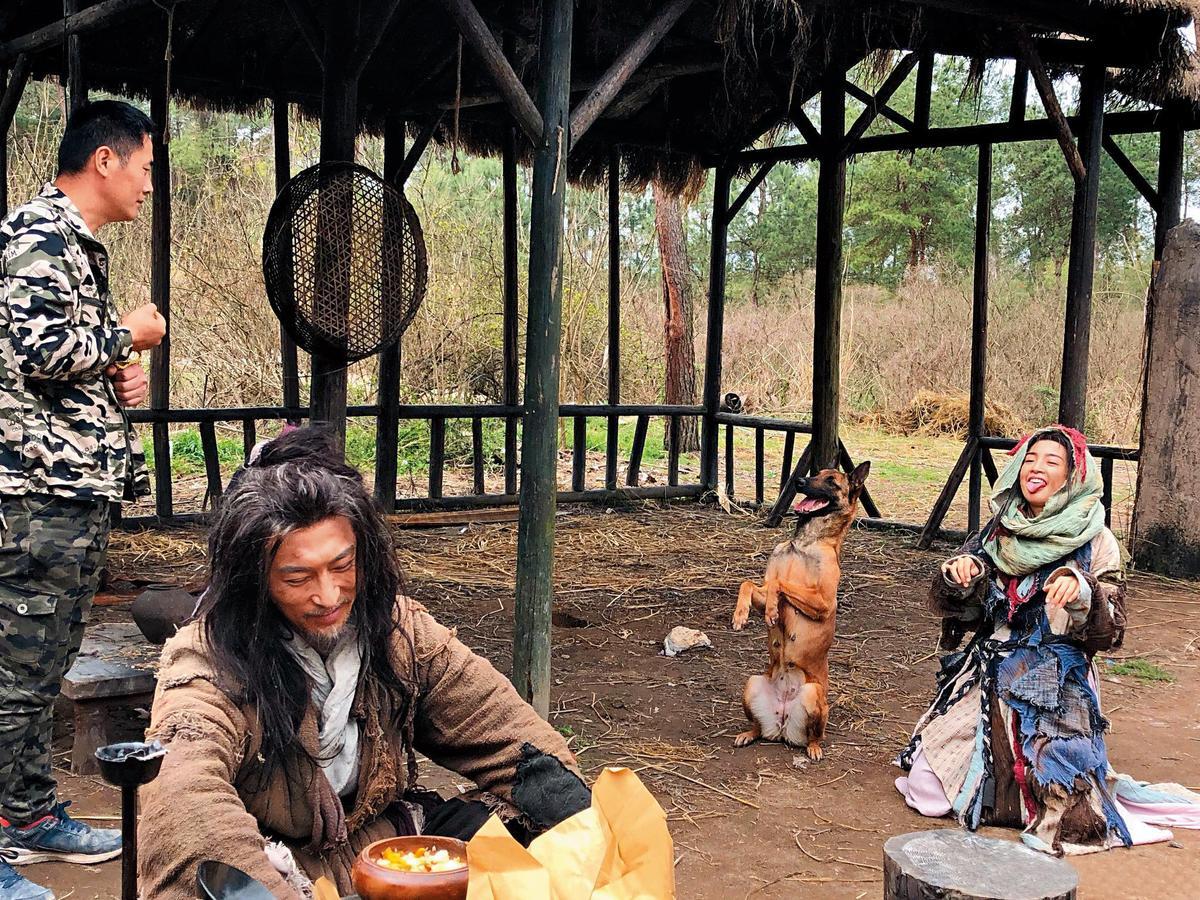 林依晨(右)飾演乞丐出身的花不棄,劇中她徒手抓老鼠、坐地扮狗撒嬌樣樣來。(翻攝自林依晨微博)