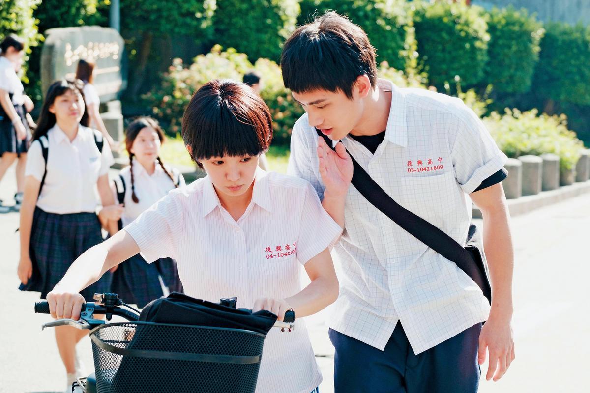 入圍金馬獎最佳新演員的范少勳(右)在《通靈少女2》演男主角,與郭書瑤(左)劇中感情發展備受關注。(HBO Asia提供)