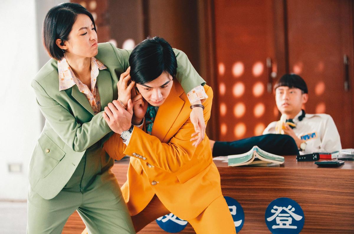 新作《逃出立法院》,是賴雅妍(左)集暴力血腥與好笑於一身的角色。(華映提供)