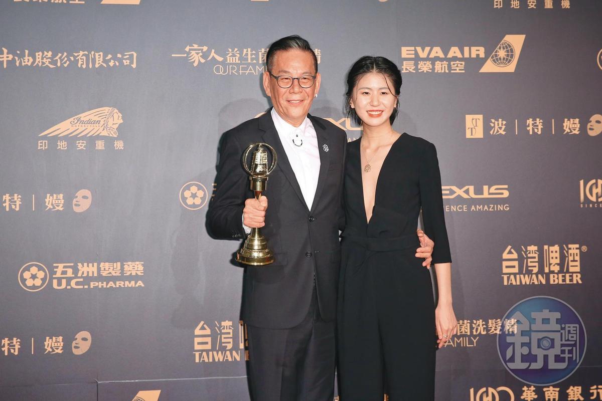 拿到期盼已久的金鐘獎戲劇節目男主角獎,龍劭華說女兒陳璇是他的幸運物。